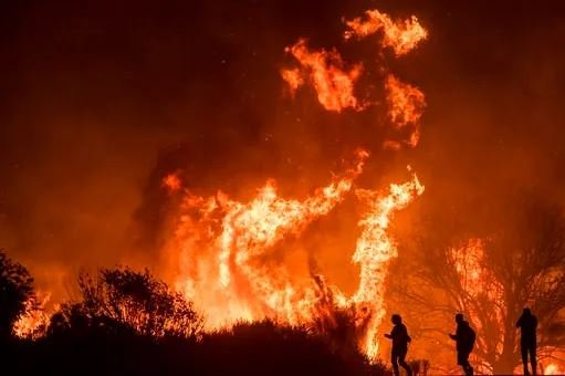 (AP Photo/Noah Berger). Motorists on Highway 101 watch flames from the Thomas fire leap above the roadway north of Ventura, Calif., on Wednesday, Dec. 6, 2017.