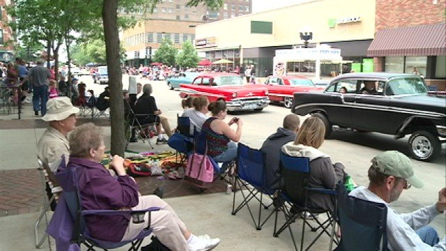People line 4th St. in Waterloo to see the 4th Street Cruise