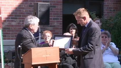 Gov. Branstad presenting award to Stonehill's CEO Eric Thomas Friday afternoon