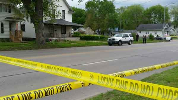Scene of a shooting investigation in the 900 block of Broadway in Waterloo. (Bob Waters, KWWL)