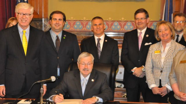 Governor Branstad signs bills on May 22