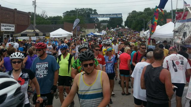 Thousands of bicyclists in Graettinger, 2014