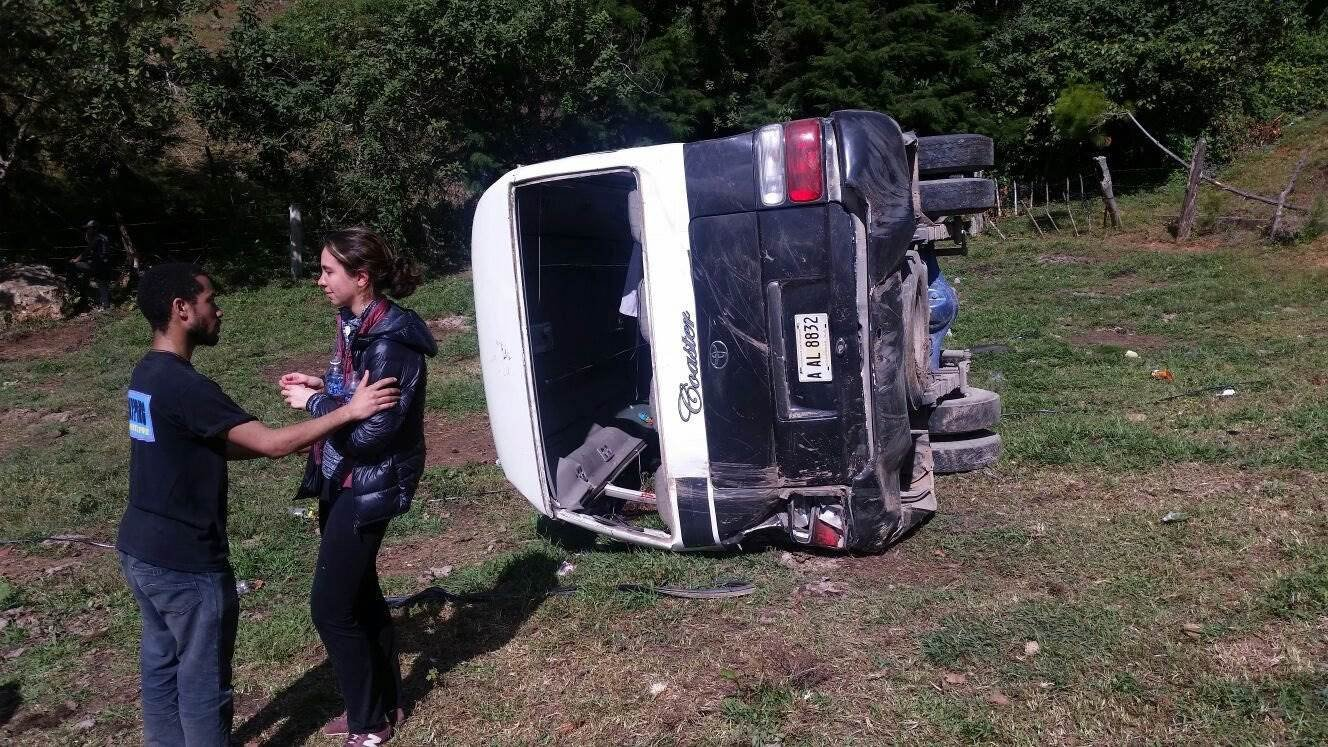 Handout picture provided by the Honduras Firefighters Corps showing minutes after a vehicle accident in El Canton locality, Honduras, on 13 January 2016. Honduras Firefighters / HANDOUT / EPA
